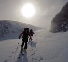 Taking a turn around Kaskasetjåkka on our way to the Tarfala Valley